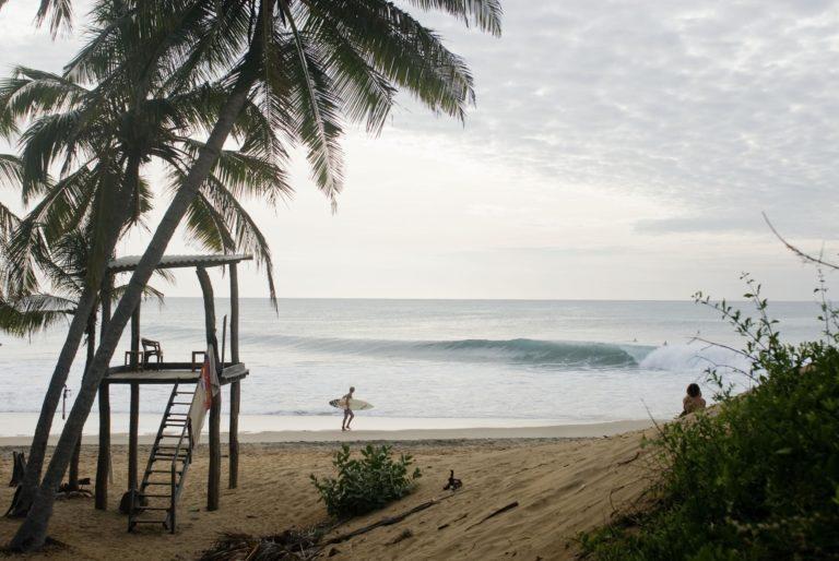 Les vagues s'attrapent loin du rivage...